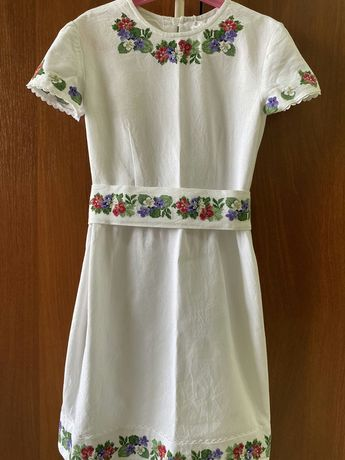 Вишите плаття на полотні. Ручна вишивка.