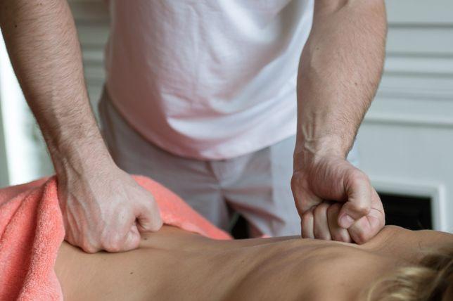 Специалист в области массажа над женским телом.