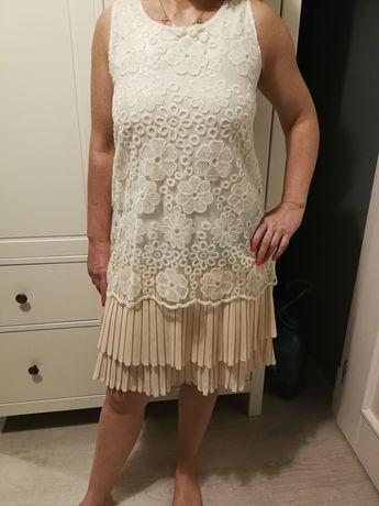 Koronkowa sukienka z podszewką z plisami