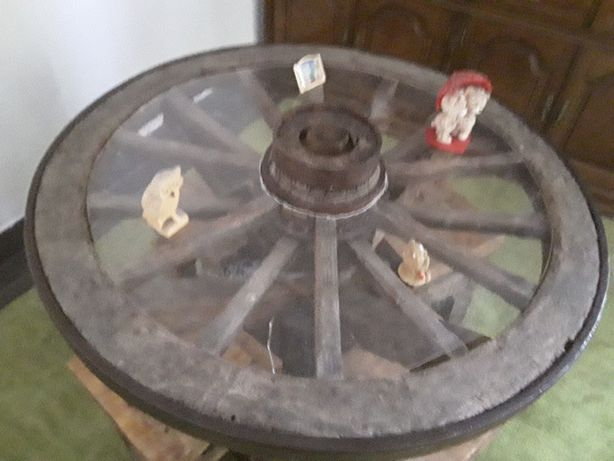 Mesa feita roda de carroça