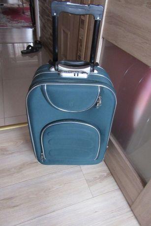 piękna walizka na trzech kołkach z wyciąganym uchwytem