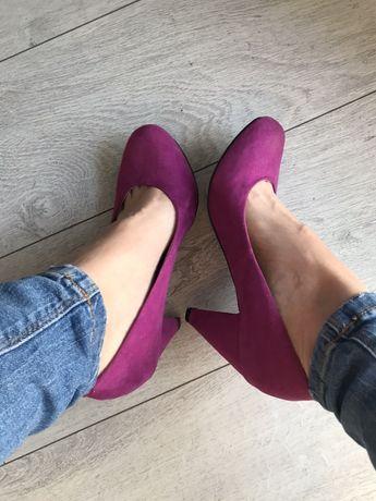 Różowe zamszowe buty na obcasie 38