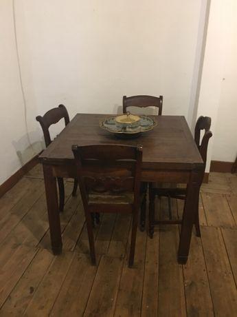 Mesa de sala antiga com seis cadeiras