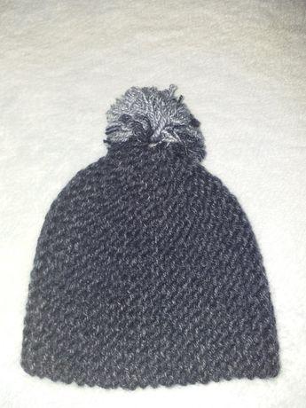 Отдам 2 вязаные новые шапочки