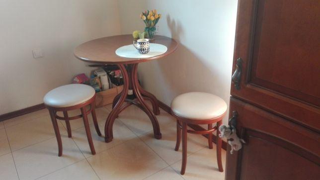 stół drewniany z trzema pufami