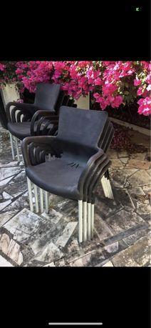 Cadeiras pretas de jardim