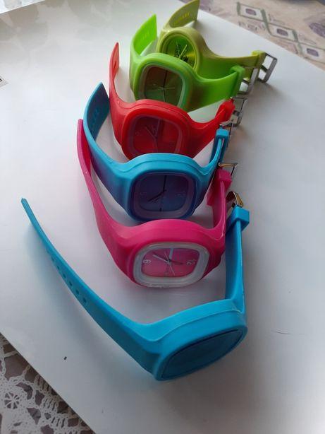 Kolekcja kolorowych zegarków inny kolor na każdy dzień tygodnia