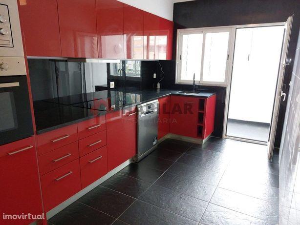 Apartamento T3 renovado c/ garagem - Vila D'Este