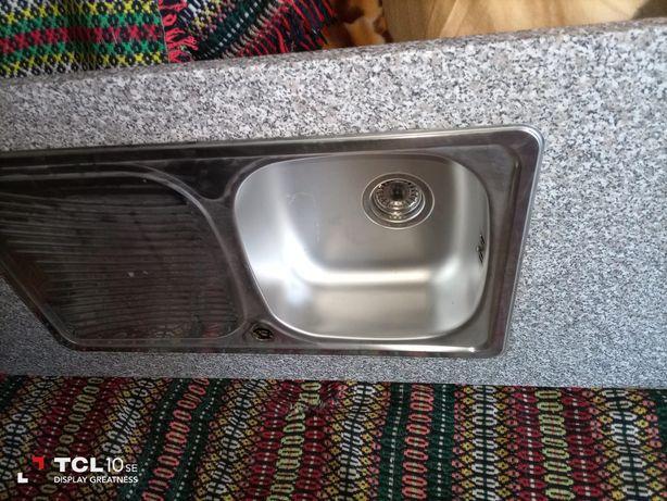 Bancada de cozinha com lava louça
