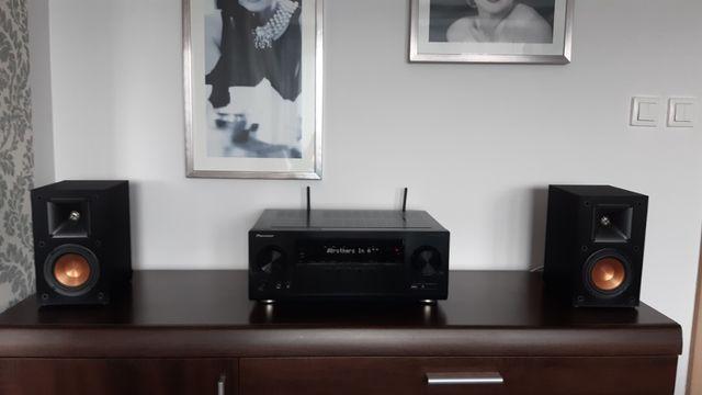 Amplituner kina domowego wraz z głośnikami i telewizorem