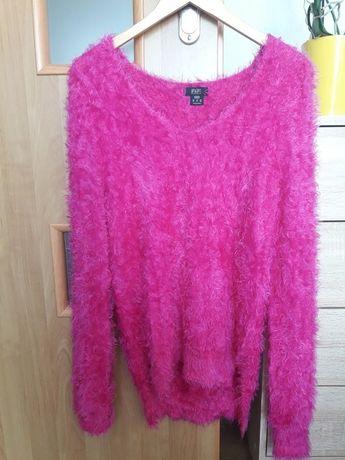 Różowy, włochaty sweter