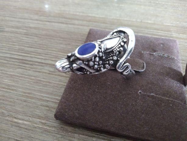 Odsprzedam ciekawy srebrny pierścionek