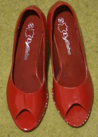 Sapatos vermelhos de tacão