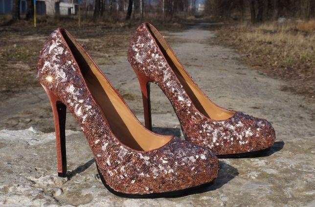 Яскраві туфлі в паєтки