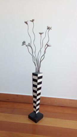 Jarra em ladrilhos madreperola e flores metal
