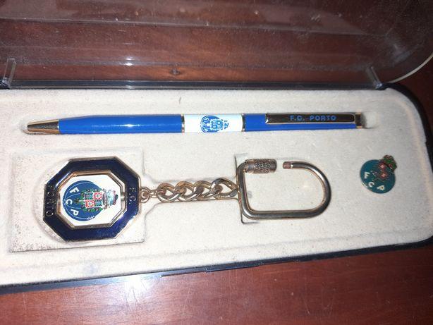 Conjunto caneta + porta chaves + pins novos FCP