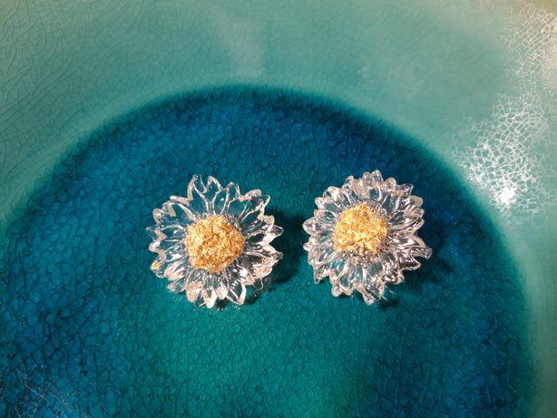 Brincos em forma de flor (malmequer), em plástico com centro dourado