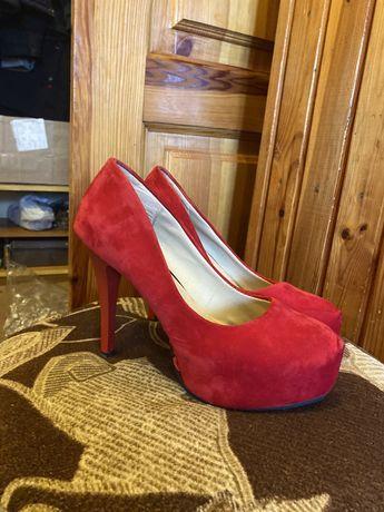 Туфли на каблуке! Красивый красный цвет