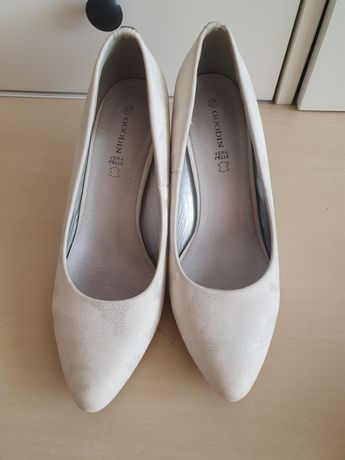 Białe buty na obcasie