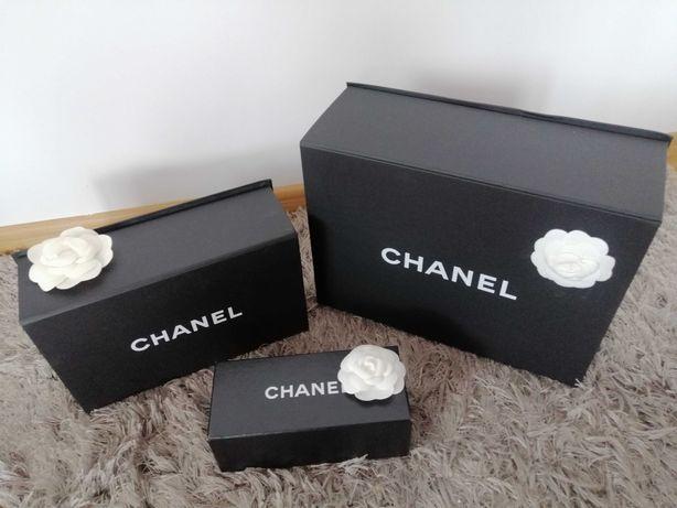 Pudełka Chanel czarne z kameliami