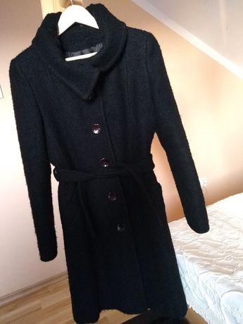 Czarny wełniany płaszcz zimowy
