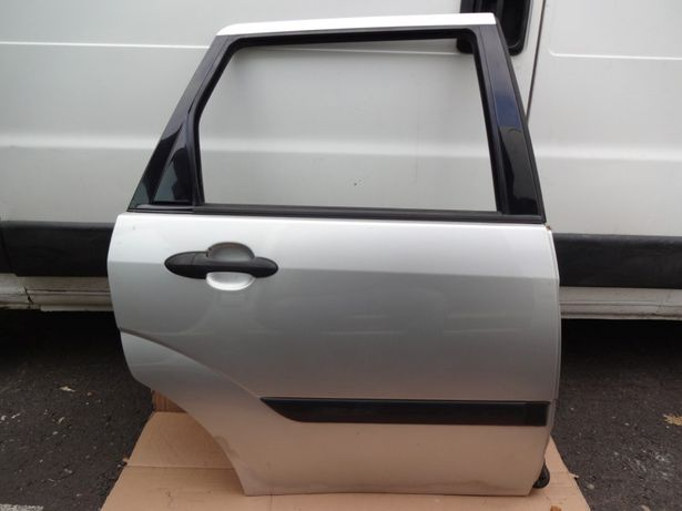 Drzwi prawe tylne prawy tył Ford Focus kombi srebrne kod lakieru O8 08