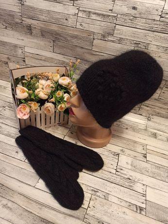 Комплект вязанный шапка бини с мохера с сердечком и варежки
