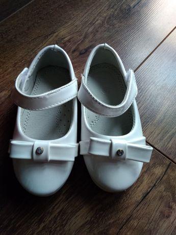 Białe eleganckie balerinki