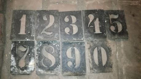 Stare blaszki z numerami