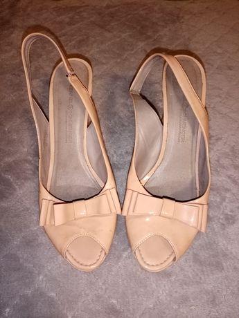 Босоніжки, туфлі