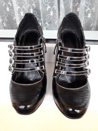 Чёрные туфли лак-кожа с красивым декором - 35 р.