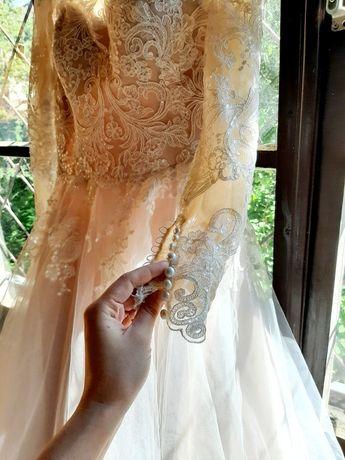 Весільна сукня плюс фата