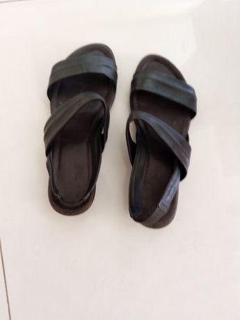 Sandálias em pele castanhas