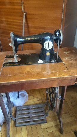 Швейная машина с ножным приводом.Станина антиквариат