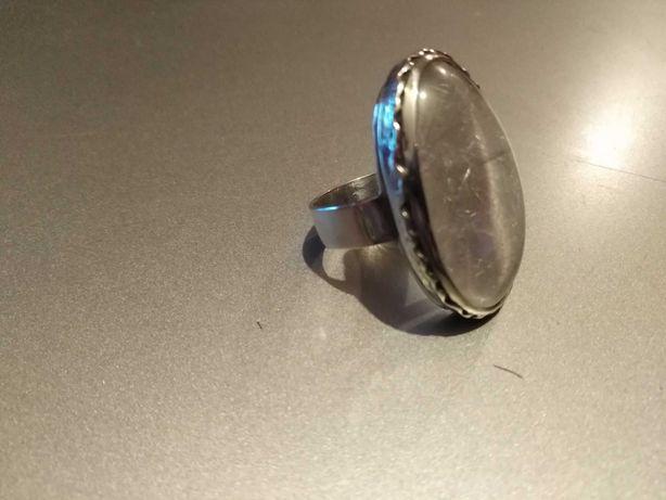 Srebrny pierścionek wykonany ręcznie z dużym kryształem górskim
