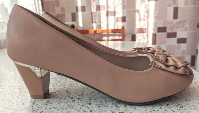 Красивые нарядные туфли