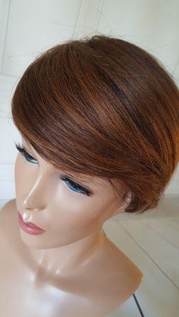 Krótka peruka z włosów naturalnych naturalna fryzura refleksy brąz
