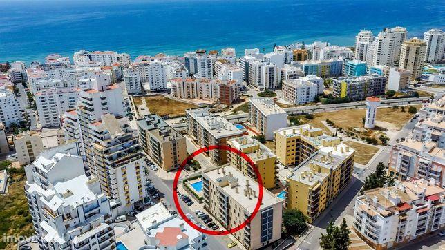 Apartamento T3 (T2+1) em Condomínio Fechado - Praia, Piscina, Varanda