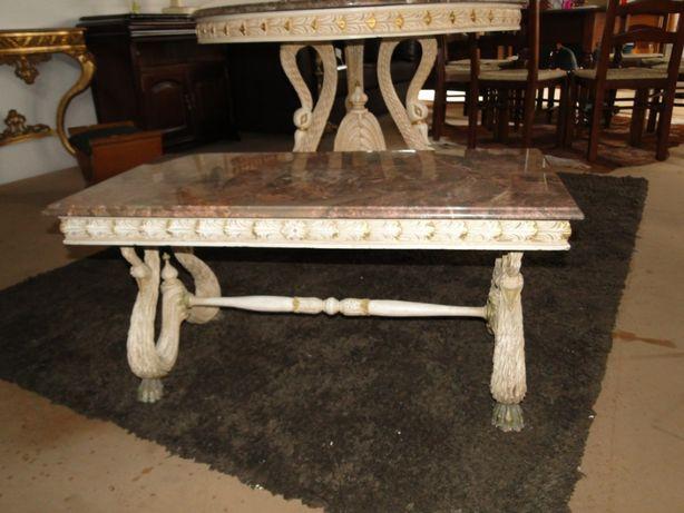 Lindíssima mesa de centro com tampo em pedra e base toda tr