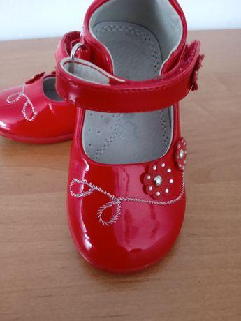 Czerwone buciki dla dziewczynki
