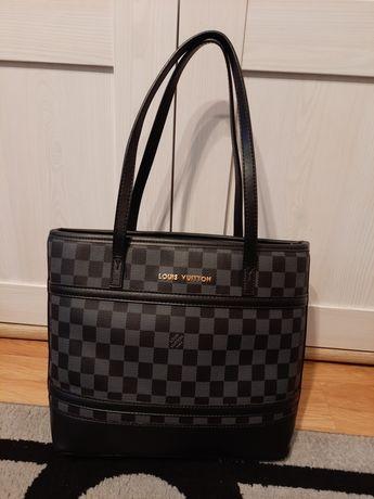 Czarna torebka w kratkę