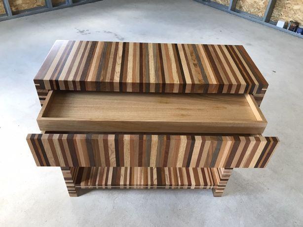 Móvel em madeira com 3 gavetas