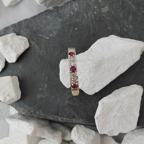 Złoty pierścionek z rubinami i diamentami (585)