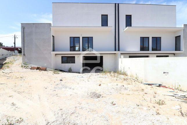 Moradia nova com  4 quartos, terraço e jardim a 10 minutos do centro d