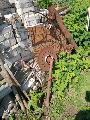 Stare koła od przewracarki, idealne do aranżacji ogrodu
