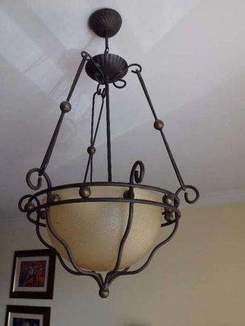 Candeeiro suspensão campânula vidro, e estrutura metálica.