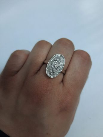 Śliczny srebny pierścionek z cyrkoniami