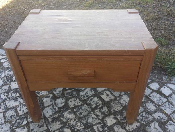Mesa de cabeceira de madeira
