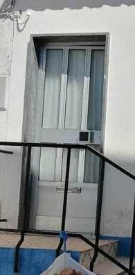 porta de alumínio com fechadura e chaves