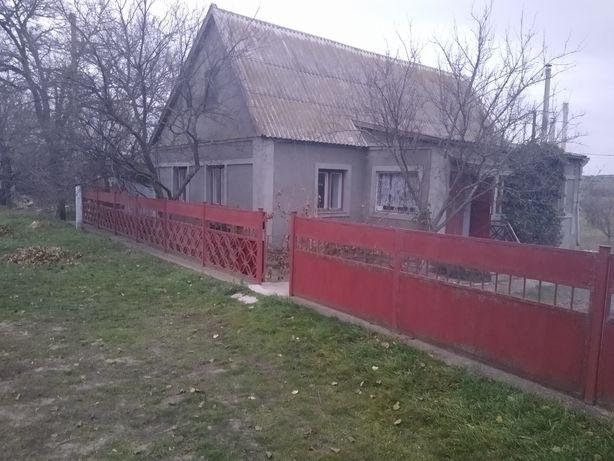 Продам дом есть постройки гараж,погреб, сарай, курятник,есть колодец